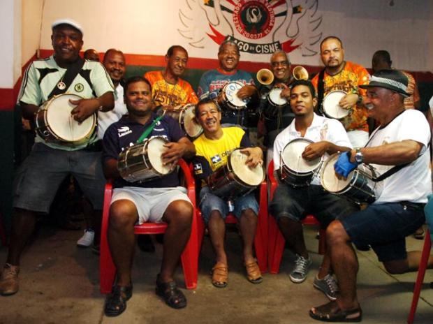 Eles fazem a cuíca roncar na avenida Luiz Armando Vaz/
