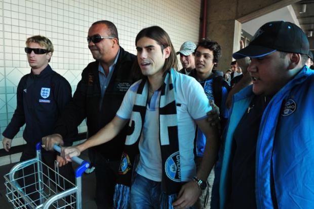 Miralles chega a Porto Alegre e é recebido pela Geral do Grêmio  Tadeu Vilani  /