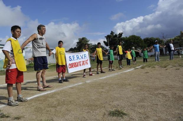 Moradores de Viamão protestam em campo de futebol Carlos macedo/Especial