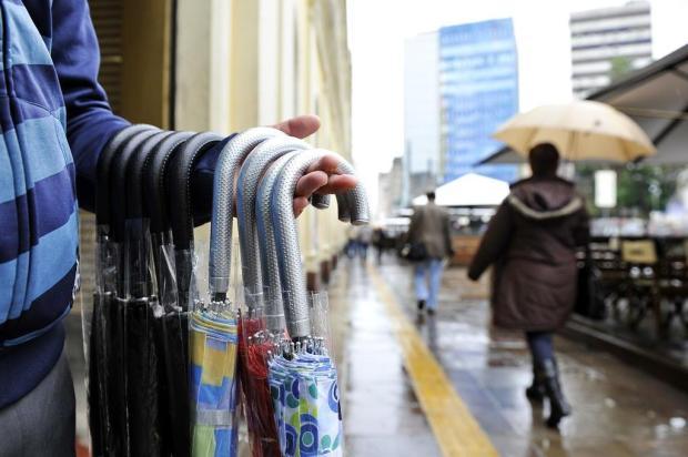 Em dias de aguaceiro, brotam vendedores de guarda-chuvas Mateus Bruxel/Agencia RBS