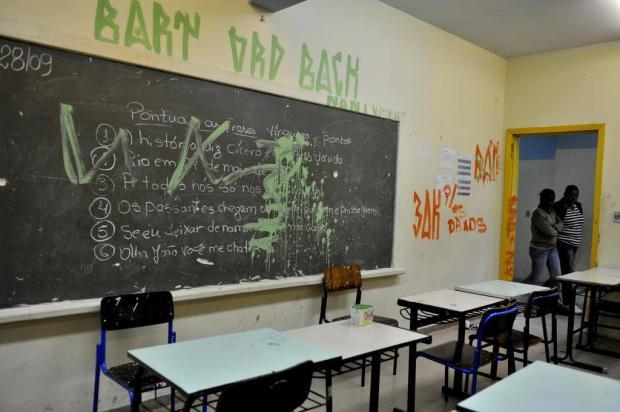 Bonde invade escola no bairro Lomba do Pinheiro, na Capital Lívia Stumpf/Agencia RBS