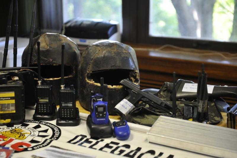 Os capacetes seriam usados numa próxima investida dos assaltantes ainda foragidos:imagem 5