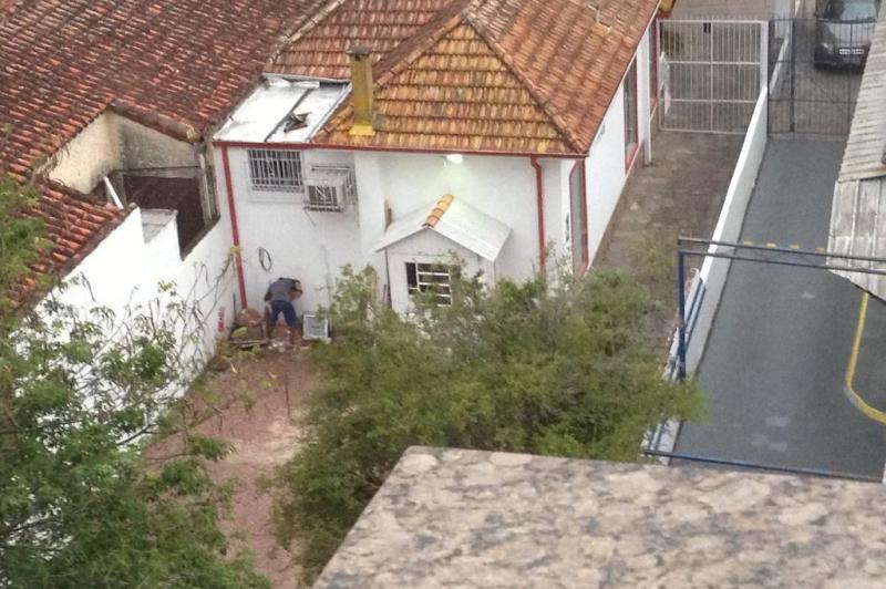 Na tarde de domingo, um vizinho do prédio flagrou um criminoso arrombando loja na Capital.:imagem 6