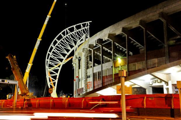 Instalação de estrutura metálica para cobertura do Beira-Rio emociona torcedores colorados no pátio do estádio Adriana Franciosi/