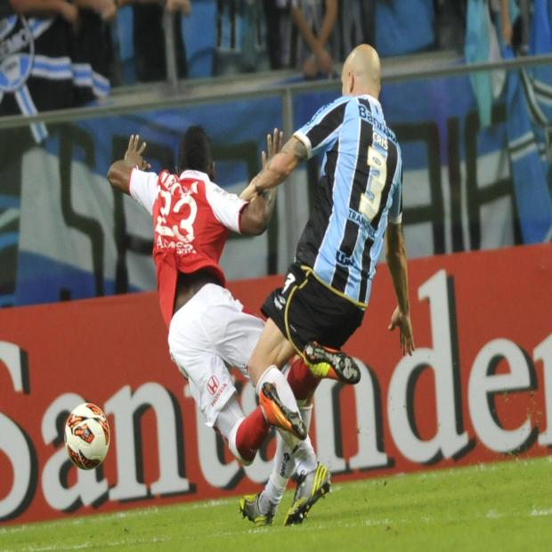 Vestiário blinda Cris depois de segunda expulsão em um mês na Libertadores