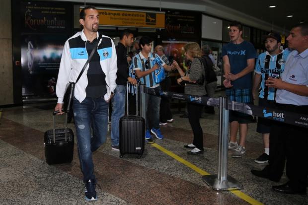 Na chegada a Porto Alegre, delegação do Grêmio é hostilizada por dois torcedores Diego Vara/Agência RBS