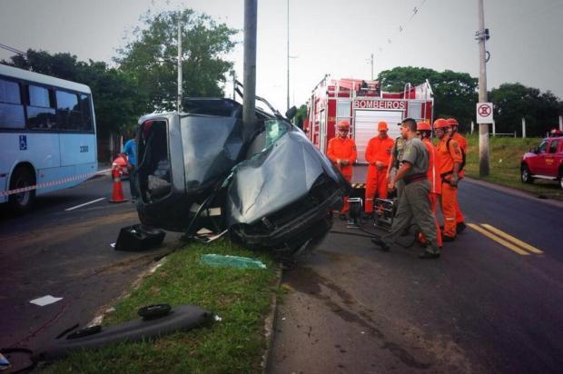 Motorista morre após colidir carro contra poste, na zona leste de Porto Alegre