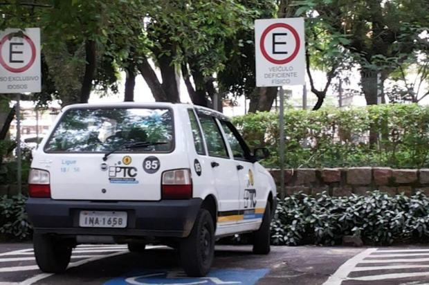 Viatura da EPTC é flagrada em vaga de deficiente  Fabio Belloli/Arquivo pessoal