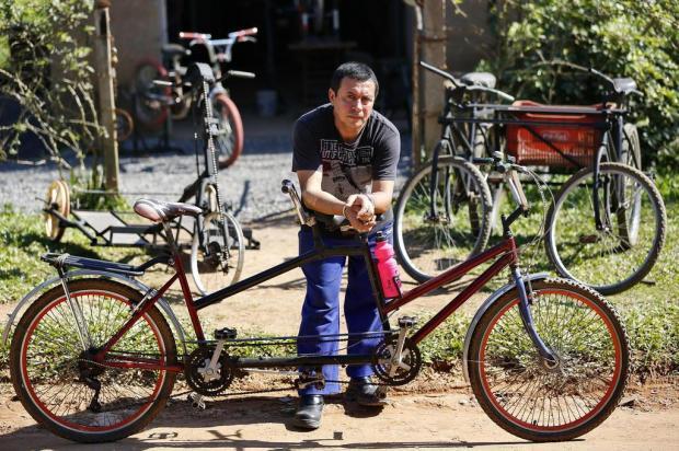 Mecânico cria bicicletas adaptáveis para deficientes visuais e cadeirantes Mateus Bruxel/Agencia RBS