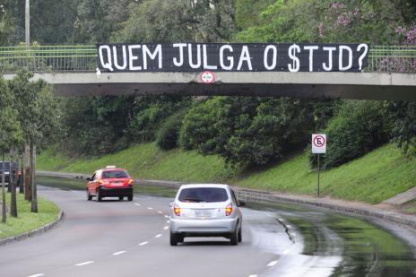 Faixa em avenida de Porto Alegre critica STJD (Ronaldo Bernardi/)