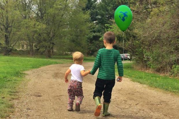 Gisele Bündchen leva os filhos, Vivian e Benjamin, à Marcha Pelo Clima Reprodução/Facebook