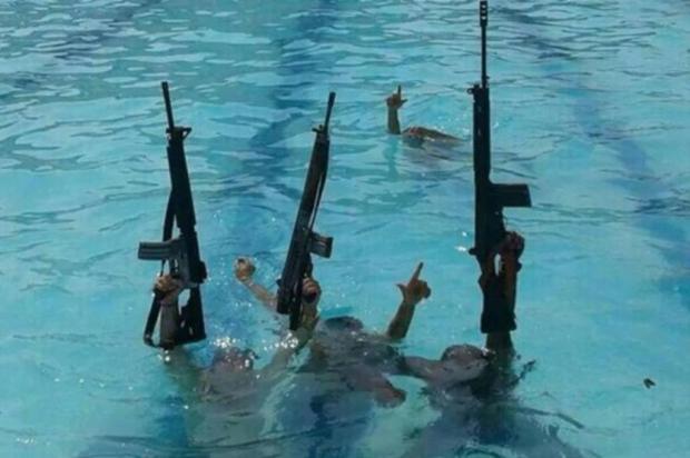 Traficantes invadem piscina de Vila Olímpica no Rio de Janeiro Reprodução/Facebook
