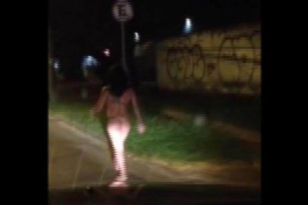 Mulher é flagrada novamente andando pelada em Porto Alegre Reprodução/