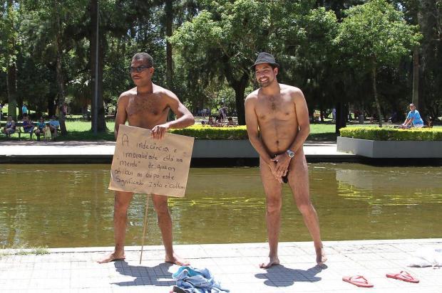 Dois homens ficam nus em protesto no Parque da Redenção em Porto Alegre ITAMAR AGUIAR/RAW IMAGE/ESTADÃO CONTEÚDO