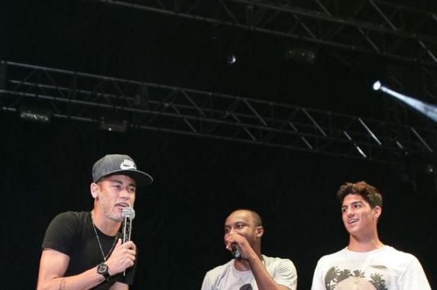 7f5a770480f Neymar e Gabriel Medina agitam show de Thiaguinho Raphael Castello AGNews