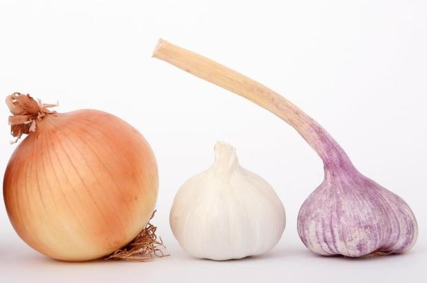 5 alimentos que ajudam a eliminar o bafo de alho e cebola Stock Photos/Divulgação