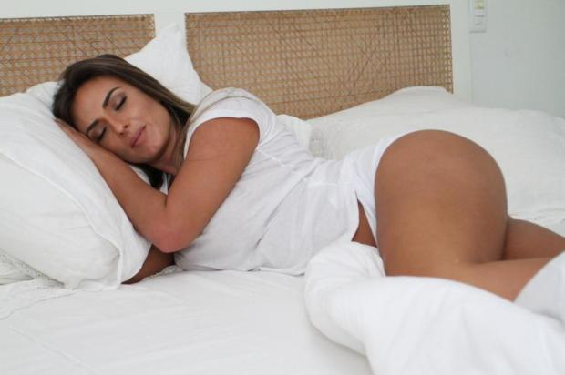 Na cama, Nicole Bahls grava seu novo programa Anderson Borde/AgNews