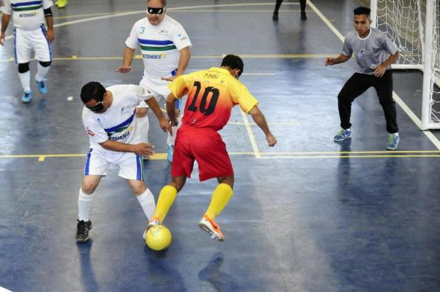 Superação dribla limitações em campeonato de futebol de cegos Ronaldo  Bernardi Agencia RBS a28a5b042aa33