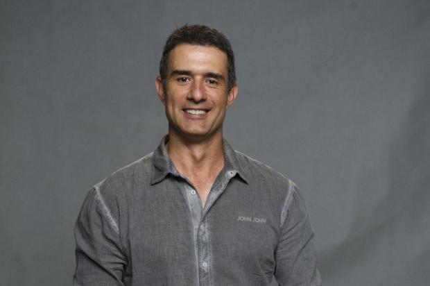 Aos 45 anos, Marcos Pasquim faz implante capilar para não usar peruca em cena Estevam Avellar/TV Globo/Divulgação