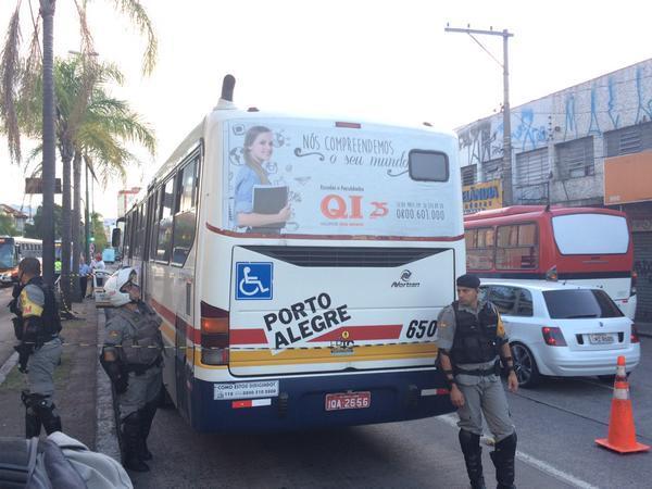 Homem mata rival dentro de ônibus em Porto Alegre Matheus Schuch/Rádio Gaúcha