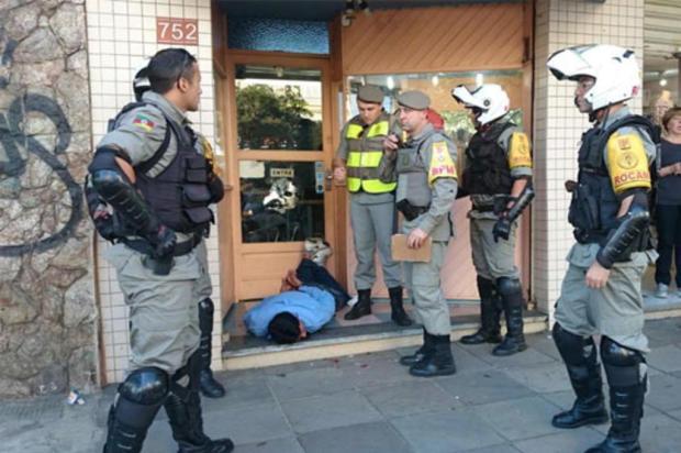 bc3a66ab0fe Homem é baleado por PM após assalto a joalheria em Porto Alegre Eduardo  Cardozo Rádio
