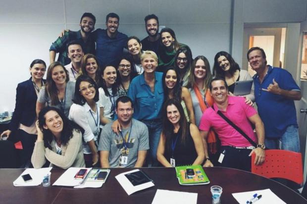 Xuxa divulga foto com sua nova equipe Reprodução/Facebook