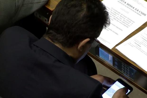 Deputado assiste a vídeo pornô durante votação na Câmara SBT Brasília/Reprodução