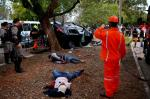 Assaltantes capotam carro roubado após perseguição