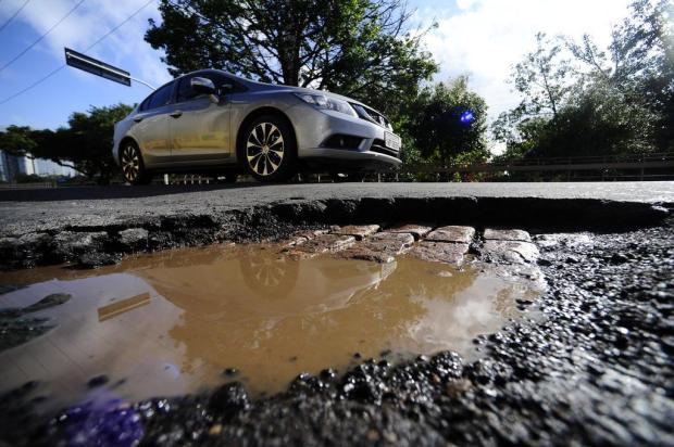 Prejuízos causados por buracos podem ser cobrados do Poder Público. Saiba como  Ronaldo Bernardi/Agencia RBS