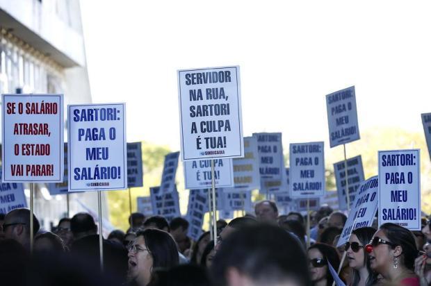Servidores do Estado protestam contra o parcelamento dos salários no Centro da Capital Mateus Bruxel/Agencia RBS