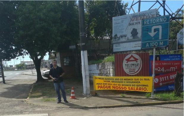 PM solitário faz protesto contra o parcelamento de salários em Cachoeirinha Arquivo Pessoal /Arquivo Pessoal