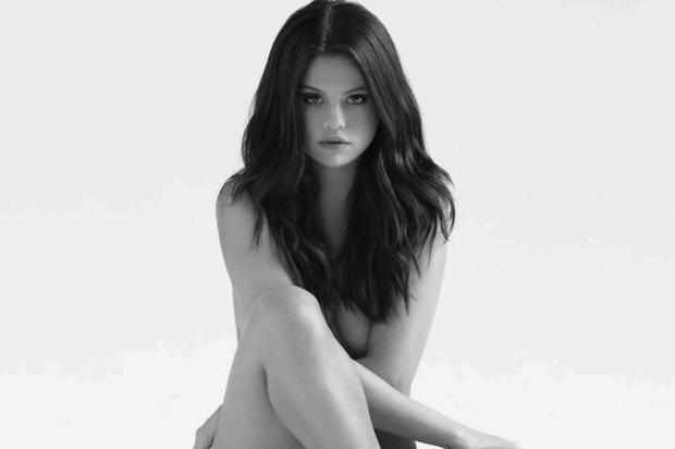 Selena Gomez tira a roupa para capa de novo disco Reprodução/Facebook