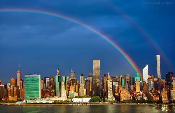 """Um dia antes do """"11 de Setembro"""" completar 14 anos, arco-íris surge no local onde estavam as torres gêmeas  Reprodução / Twitter @isardasorensen /"""