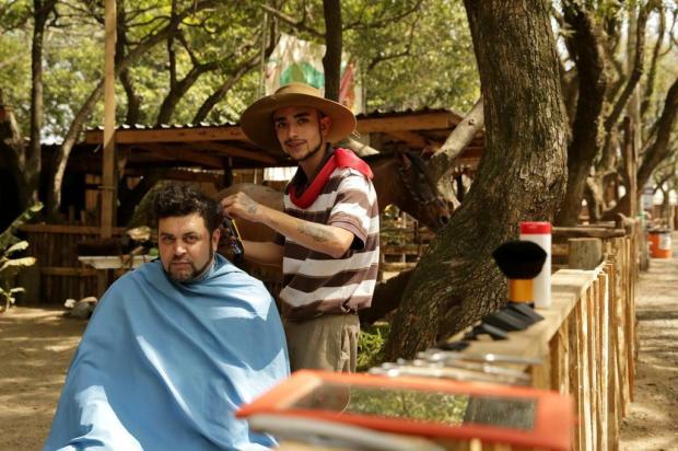 Mãos de tesoura no acampamento: Jordan faz a barba e o cabelo da gauderiada Carlos Macedo/Agencia RBS