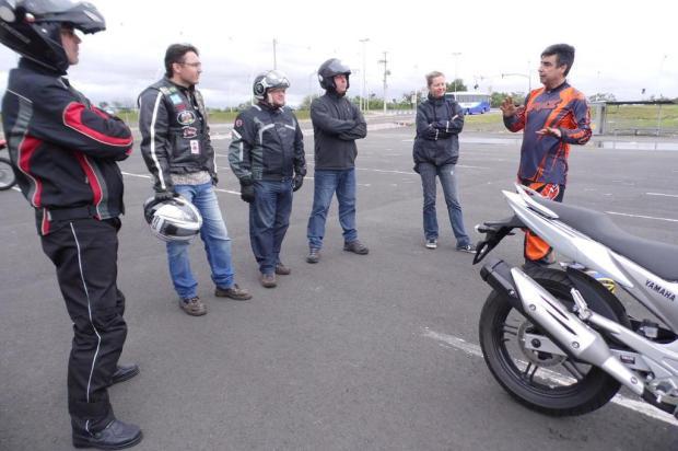 Frear de moto não é só instinto: saiba como agir de forma segura Gisele Flores/Divulgação