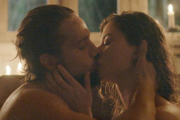 Além do Tempo: após fuga, Lívia e Felipe têm a primeira noite de amor TV Globo/Reprodução