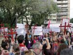 Cerca de 200 pessoas protestam em frente ao Palácio Piratini contra violência a mulheres em Porto Alegre