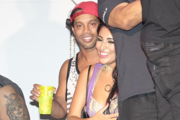 Ronaldinho Gaúcho é flagrado com morena em camarote na Bahia AgNews/