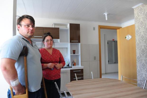 Casal beneficiado reclama da retirada de eletrodomésticos, em Caxias do Sul Roni Rigon/Agencia RBS