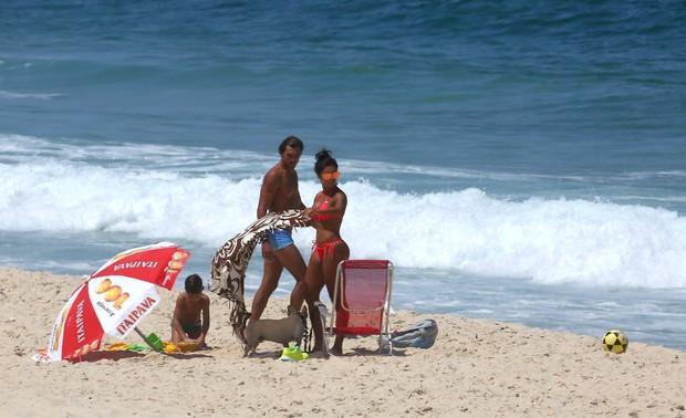 Aline Riscado reclama de flagra de paparazzi em praia do Rio AgNews    Divulgação Divulgação 578e06f967