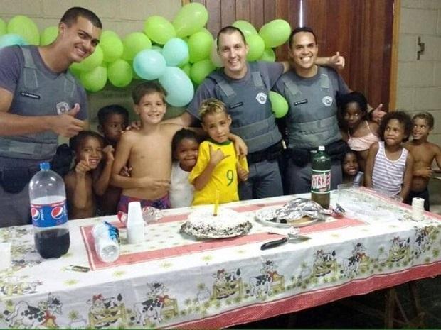 Eric, com camiseta da Seleção Brasileira, ganhou festa surpresa