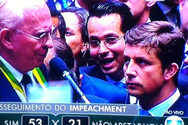 """Catarinense faz """"papagaio de pirata"""" na votação do impeachment e ganha redes sociais Reprodução/Rede Globo"""