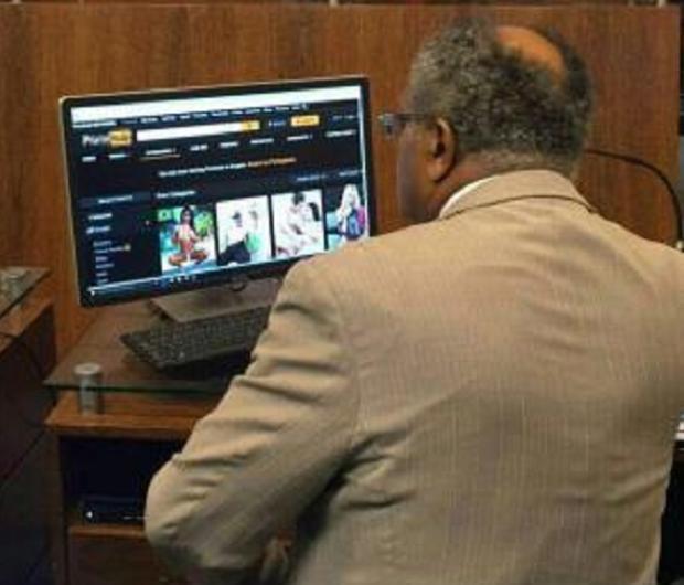 Vereador é flagrado navegando por site pornô durante sessão da Câmara em Florianópolis Reprodução / Facebook/Facebook