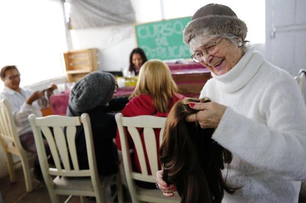 Voluntária ensina a confeccionar perucas para depois doá-las Mateus Bruxel/Agencia RBS