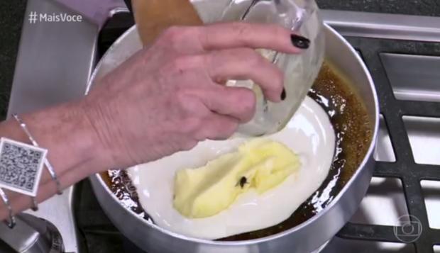 """Ana Maria Braga tenta explicar caso da mosca que caiu em calda de bolo no Mais Você: """"era uma abelha"""" Reprodução / TV Globo/TV Globo"""
