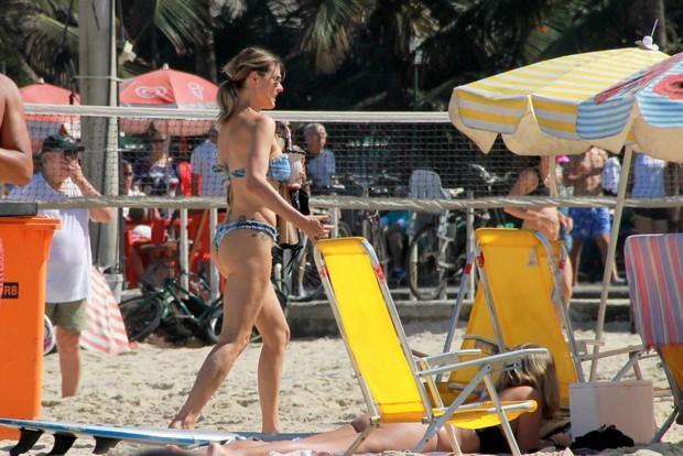 Fernanda Lima mostra corpão de biquíni em dia de praia, no Rio Divulgação / AgNews/AgNews