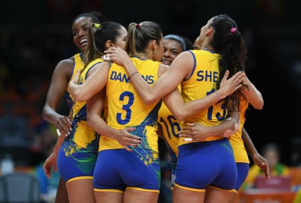 Seleção feminina de vôlei vence o Japão e garante classificação Johannes EISELE / AFP/