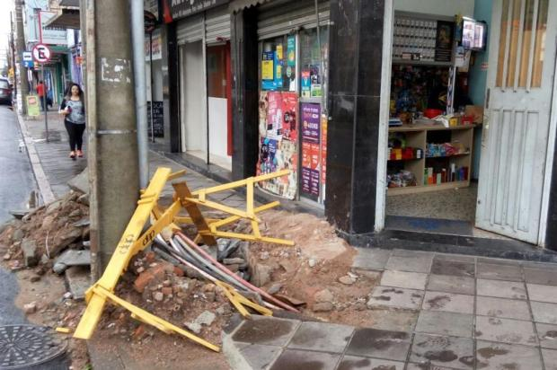 Buraco aberto há cerca de dois meses interdita calçada em Porto Alegre Leitor DG/Arquivo Pessoal