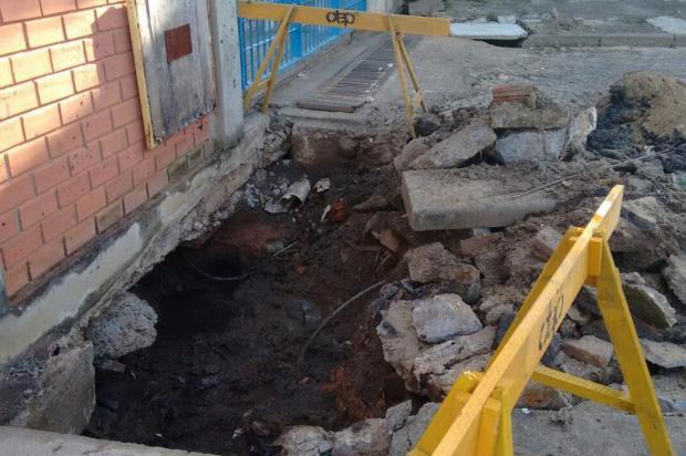 Rompimento de canalização de esgoto causa abertura de cratera na calçada em rua de Porto Alegre Arquivo pessoal/Leitor/DG