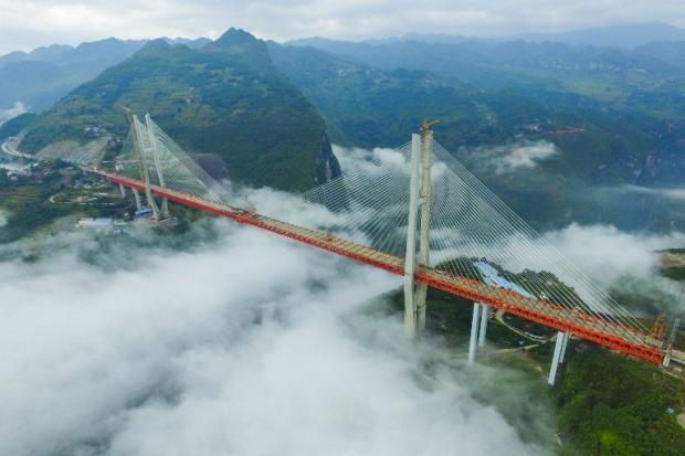Com a altura de um prédio de 180 andares, maior ponte do mundo é concluída STR / AFP/AFP